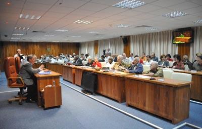 20110301142541-raul-castro-consejo-ministros.jpg