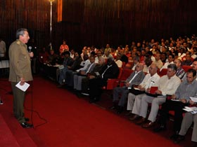 Asistió Raúl Castro a primera sesión del seminario nacional sobre el Proyecto de Lineamientos de la Política Económica y Social del Partido y la Revolución