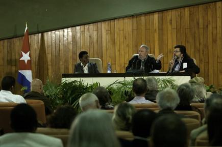 """Fidel con intelectuales: """"El mundo debería ser una familia"""""""