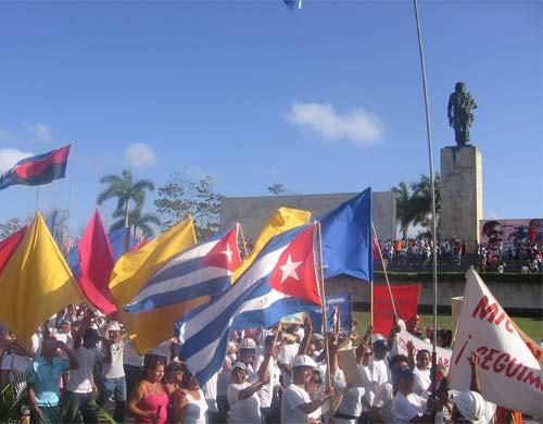 Multitudinario desfile por el Primero de Mayo en Villa Clara
