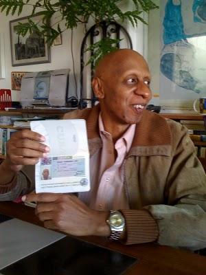 20110608033813-guillermo-faric3b1as-con-pasaporte-y-visa.jpg