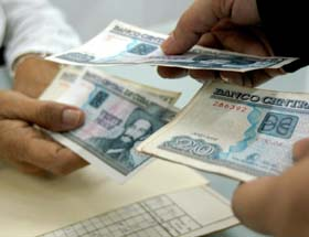 20120104141151-dinero-cuba.jpg