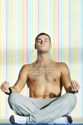 20120619025301-6028612-idoneidad-de-los-yoga-de-ejercicio-y-la-practica-de-joven-en-posicion-de-loto-interior-en-el-club-de.jpg