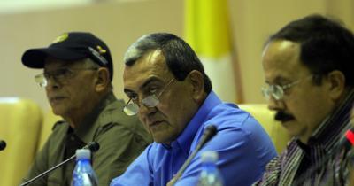 20120906195738-comandante-de-las-farc-mauricio-jaramillo-y-otros-integrantes-de-la-guerrilla-colombiana-ofrecen-rueda-de-prensa-en-la-habana.-foto-ismael-francisco-cubadebate..jpg