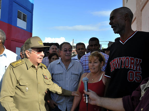 Constata Raúl avances de la recuperación durante un recorrido por Santiago de Cuba