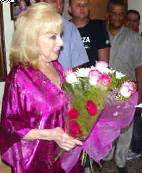 Vedette de #Cuba Rosita Fornés celebra entre amigos sus 90 años