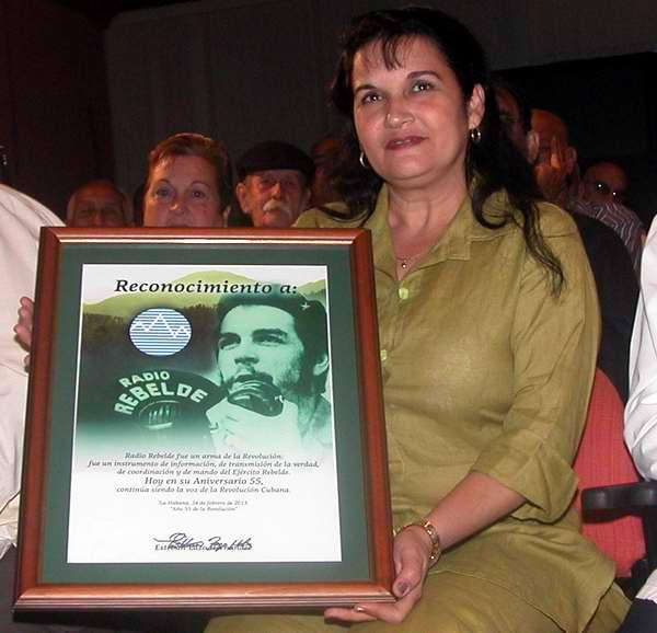 Otorgan a Fidel y Raúl Sello 55 Aniversario de Radio Rebelde