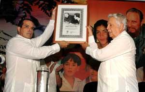 #Cuba Agencia Prensa Latina entrega reconocimiento al líder cubano Fidel Castro