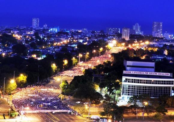 El pueblo tomó temprano la avenida Paseo para el desfile por el Primero de Mayo. Foto. Roberto Garaicoa Martinez/Cubadebate
