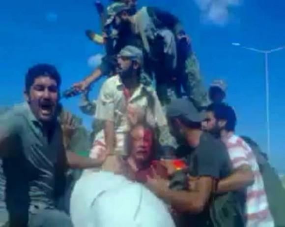 Las imágenes son parte del video que muestra los últimos minutos  de vida del exlíder libio, Muamar Gadafi, quien fue capturado por los  rebeldes que le dieron muerte, el día de ayer.