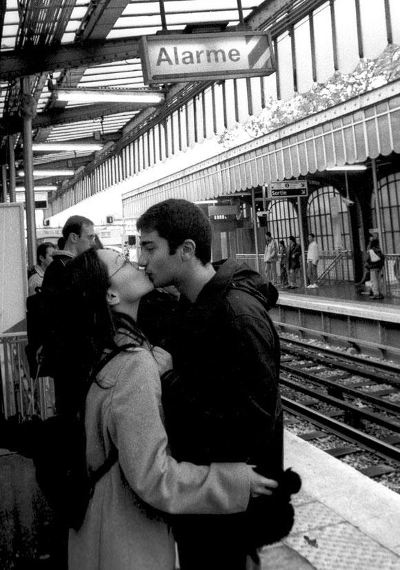 Beso de una pareja de enamorados en París noviembre 5, 2002/Foto Liborio Noval