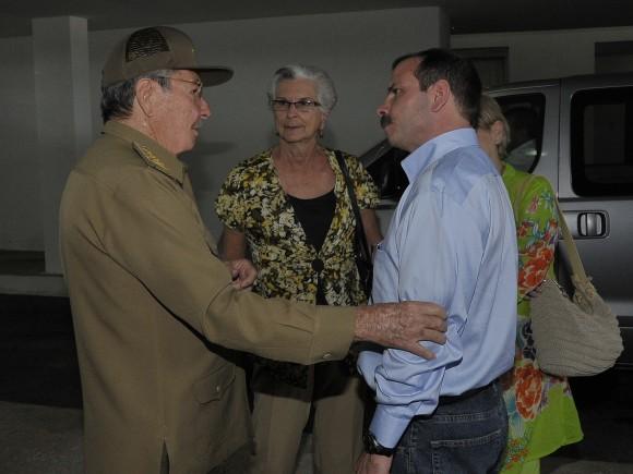 El Héroe de la República de Cuba Fernándo González con el General de Ejército Raúl Castro Ruz. Detras su madre Magali Llort. Foto: Estudios Revolución