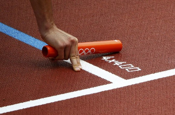 El sudafricano Shaun de Jager sujeta la barra de la carrera de relevos 4x400 metros. Foto: NG HAN GUAN (AP)