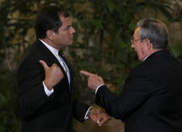 Raúl Castro saluda al presidente ecuatoriano, Rafael Correa, en el Palacio de la Revolución de La Habana. Foto: Ismael Francisco/ Cubadebate