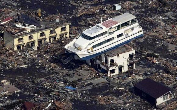 Este barco turístico, Hama Yuri, fue retirado 1.300 metros de la  costa y de alguna manera se balanceaba en una casa de dos pisos durante  el tsunami en Japón.
