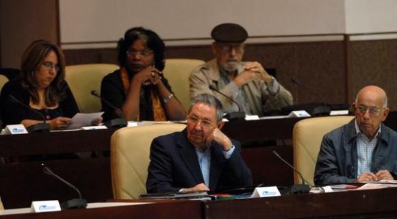 El General de Ejército Raúl Castro (I), presidente de los Consejos  de Estado y de Ministros y José Ramón Machado Ventura (D), primer  vicepresidente de los Consejos de Estado y de Ministros de Cuba, en las  deliberaciones de la Asamblea Nacional del Poder Popular de la Séptima  Legislatura del Octavo Periodo de Sesiones, en el Palacio de las  Convenciones, en La Habana, Cuba, el 23 de diciembre de 2011. AIN  FOTO/Marcelino VÁZQUEZ HERNÁNDEZ