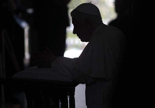 El Papa Benedicto XVI ora en el Santuario del Cobre, Santiago de Cuba. Foto: Esteban Felix, pool de prensa