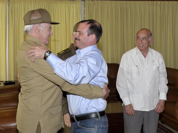 Fernando González saluda al Ministro del interior General de Cuerpo de Ejército  Abelardo Colomé Ibarra. A la derecha en la foto José Ramón Machado Ventura, Segundo Secretario del CCPCC. Foto: Estudios Revolución.