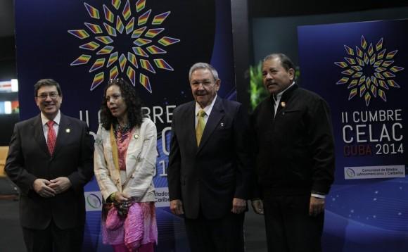 Raúl Castro, el Presidente Daniel Ortega y Rosario Murillo, esposa de Ortega, en el recibimiento a mandatarios de CELAC. Foto: Ismael Francisco/Cubadebate