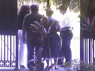 Yoani Sánchez en la mañana de este 7 de diciembre, entrando junto a  su esposo en la residencia del Jefe de la Sección de Intereses de  Estados Unidos en Cuba. Foto tomada del blog