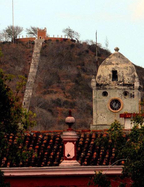 Vista parcial de Iglesia Holguinera con el fondo de la conocida Loma de la Cruz. Foto: Ismael Francisco/ Cubadebate.