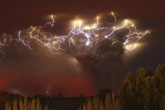 El Volcán Puyehue en Chile entra en erupción, provocando  cancelaciones de tráfico aéreo en América del Sur, Nueva Zelanda,  Australia y obligando a más de 3.000 personas a buscar refugio.  (Reuters)