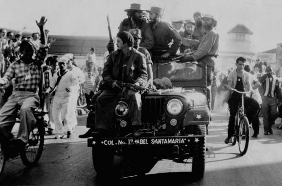 En esta foto de archivo de abril de 1961, el líder cubano Fidel Castro salta de un tanque a su llegada a Girón, Cuba. Del 17 hasta 19 de abril de 1961, la playa fue escenario de uno de los capítulos más memorables de la Historia de Cuba: la invasión de la Isla por un ejército entrenado por la CIA. (Revista Bohemia / AP)