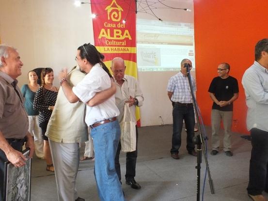 En la categoría de Portales y sitios web especializados en temáticas culturales El Caimán Barbudo recibió el lauro. Rafael Díaz Castro lo recibe.