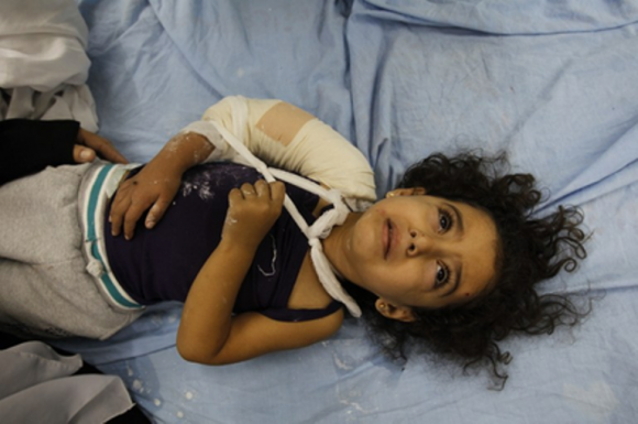 Otro de los objetivos nocturnos fue la Universidad Islámica de Gaza y una comisaría de la Policía de Hamás, informó la agencia de noticias palestina Maan, que elevó a 38 el número de palestinos muertos y a 280 el de heridos desde que se inició la operación militar, el pasado 14 de noviembre. El último bombardeo dejó nueve víctimas mortales y más de 30 heridos, entre ellos varios niños.  AFP / Mohammed Abed