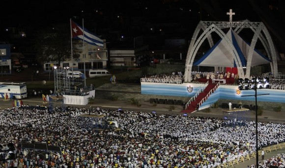 Vista aérea de la Santa Misa en Santiago de Cuba. Foto: Ismael Francisco/ Cubadebate.